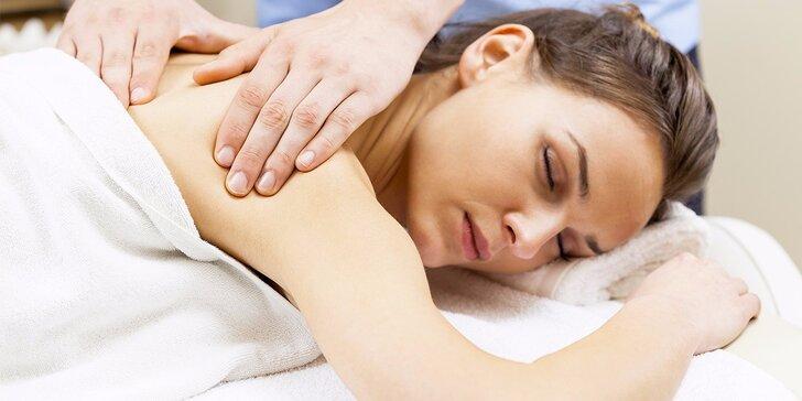 50minutová masáž zad a šíje dle výběru: relaxační nebo lávovými kameny