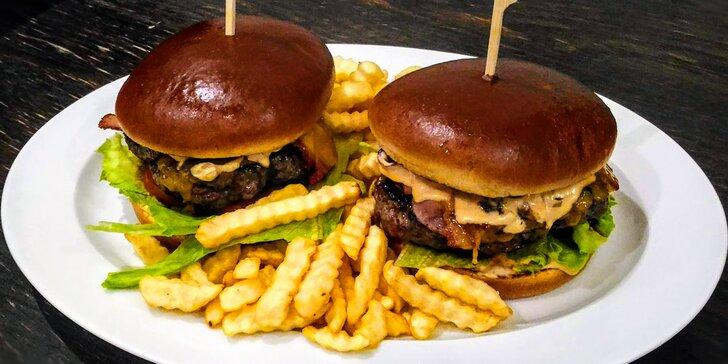 Burger s hovězím masem, sýrem čedar, koktejlovou omáčkou i slaninou