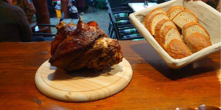 Grilované vepřové koleno a k tomu hořčice, křen i chléb