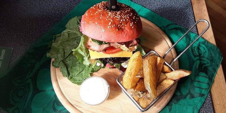 Burger dle výběru pro 1 osobu: Bacon nebo Chilli burger s hovězím masem, domácími hranolky i tatarkou