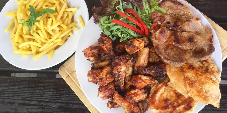 Pořádná hostina pro partu přátel: 1,6 kg vepřového a kuřecího masa, hranolky