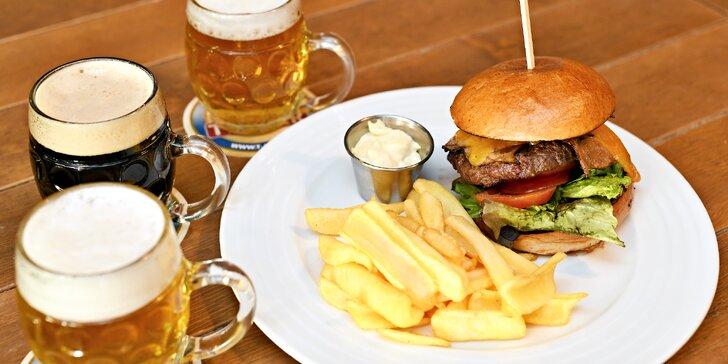 Hovězí burger, hranolky a pivo v restauraci T-Anker s výhledem na Prahu