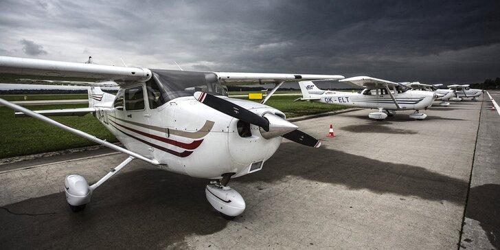 Vzhůru do oblak: vyhlídkový let Cessnou na 30, 45 nebo 60 min. až pro 3 os.