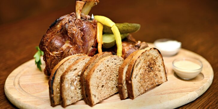 Pro milovníky masa: pečené koleno s chlebem, cibulí, křenem a hořčicí