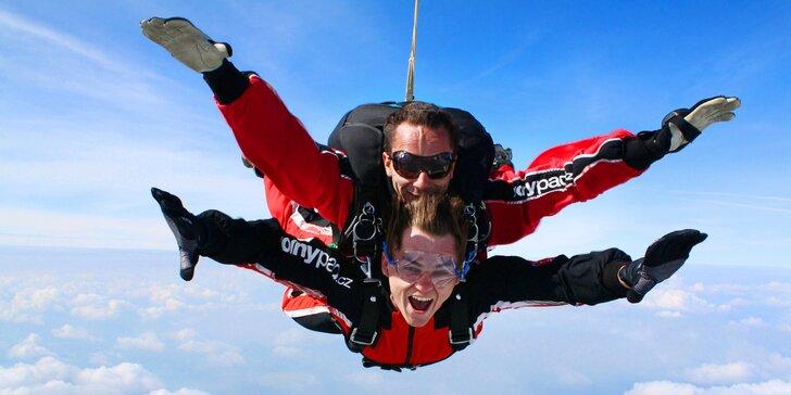 Tandemový seskok padákem z výšky 3000–4200 m s fotkami i videozáznamem