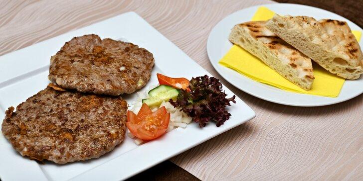 Gurmánská pljeskavica s lepinjou v balkánské restauraci pro dva