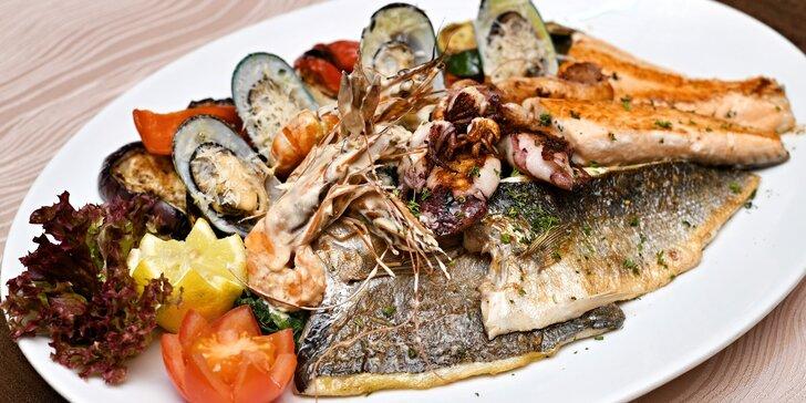 Dary moře podávané s grilovanou zeleninou a domácím pečivem