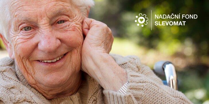 Podpořte seniory a učte se od nich: příspěvek na kompenzační pomůcky i beseda s pamětnicí