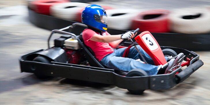 Prožeňte motokáru: divoké jízdy na velkém okruhu ve čtyřúrovňové hale