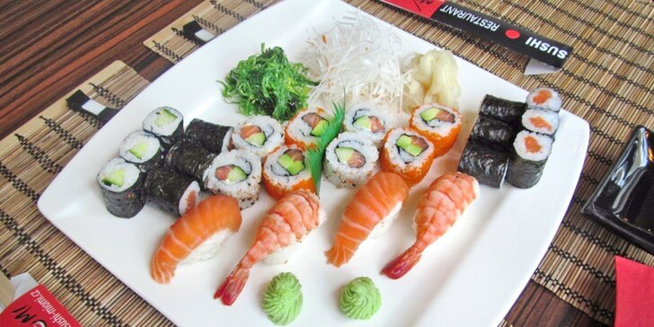 Porce rolovaných dobrot: 24 a 52 ks sushi s lososem, avokádem i krevetami