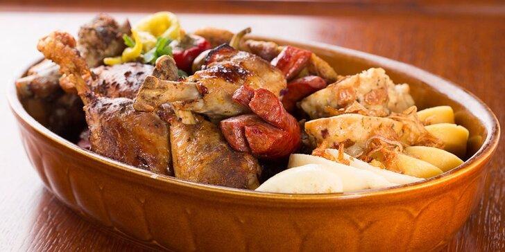 Pekáč plný masových specialit v restauraci U Zlaté konvice na Staroměstském náměstí