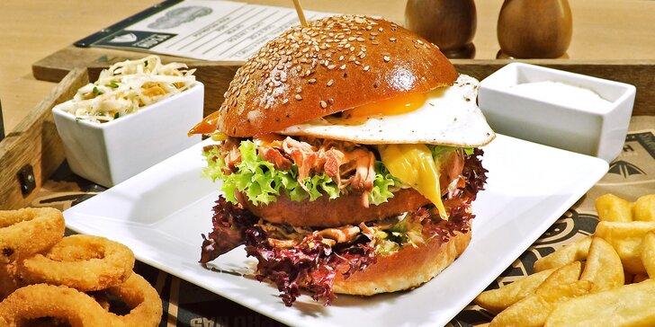 Nabušené burger menu v Potrefené Huse: bulka s trhaným vepřovým a volským okem včetně příloh