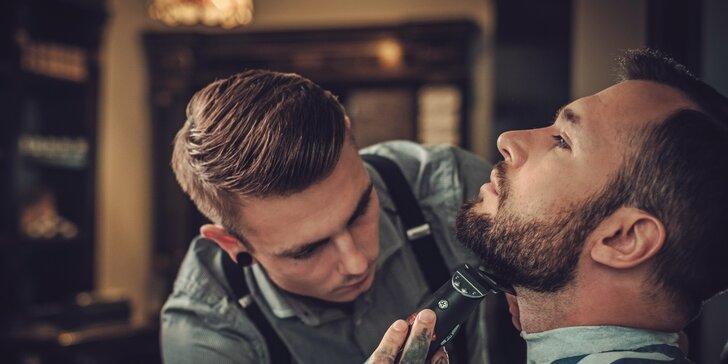 Pánský střih i úprava vousů se skleničkou whiskey v barber shopu