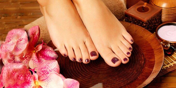 Kombinovaná nebo spa pedikúra včetně lakování gel lakem i zábalu nohou