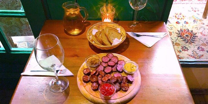 Vinotéka Malá Morava: džbánek vína a klobásové či sýrové prkénko pro 2 osoby