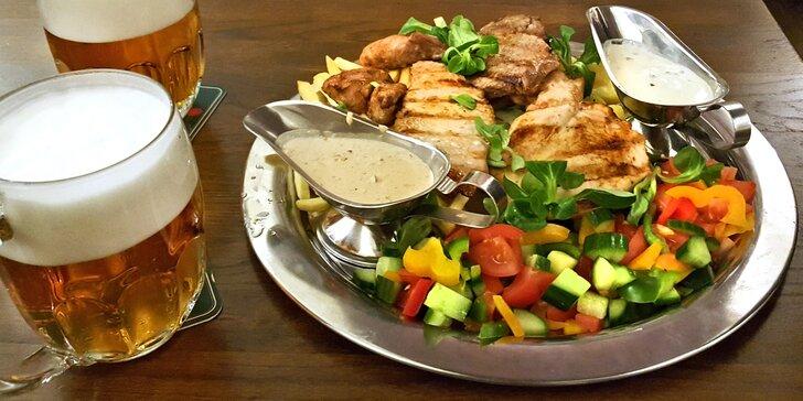 Steakový mixgrill plný masových dobrot včetně příloh a omáček pro dva