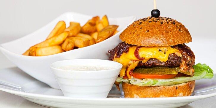 Tohle vás odvaří: nabušený burger s hranolky a tatarkou pro 1 či 2 v klubu Varna