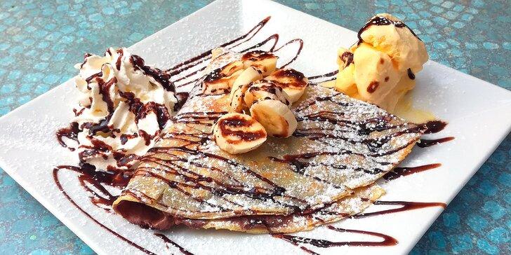 Dvě francouzské crepes s nutellou, banánem, kopečkem zmrzliny a šlehačkou