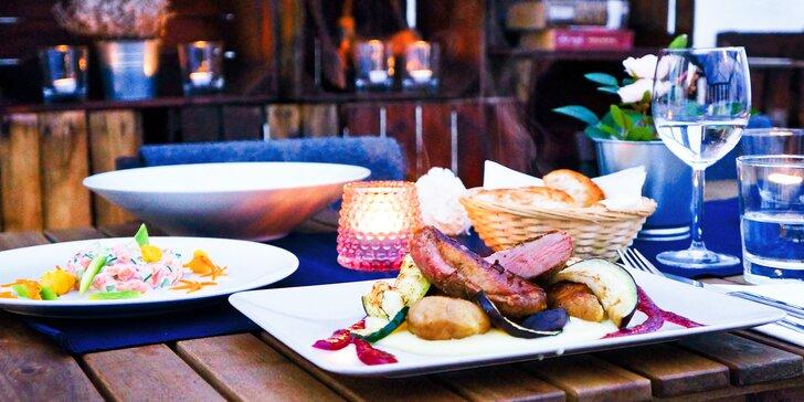 Valentýnské menu v moderní restauraci: losos, žampionový krém, kachní prso i dezert