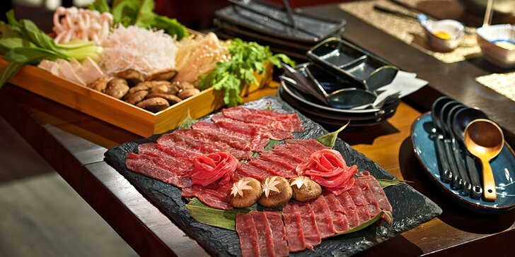 Menu Yakiniku připravené před vámi: maso, dary moře i sushi s vínem či bez