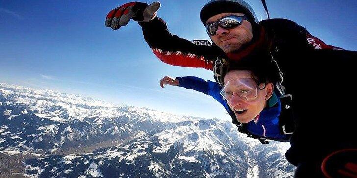 Zážitek nad Alpami: tandemový seskok z výšky 4000 m v netradiční lokalitě