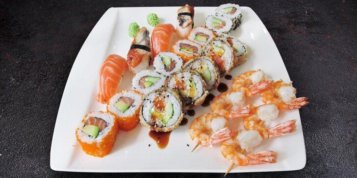 Sushi set s 35 kousky: grilované krevety a maki i nigiri s lososem, úhořem aj.