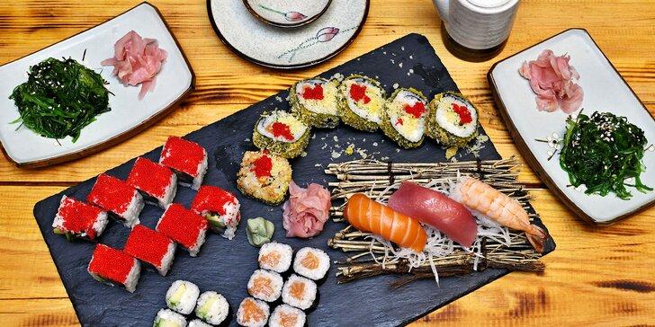 Bohaté sushi sety i s polévkou tomyum gai i salátem z mořských řas