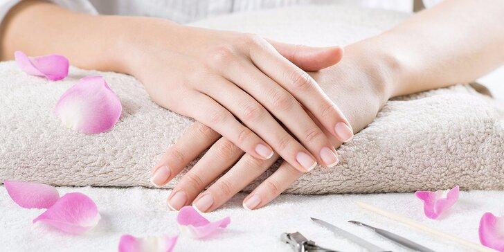 Kombinovaná manikúra včetně výživného laku a masáže rukou