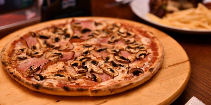 Pizza dle výběru z 12 druhů: šunková, sýrová, kuřecí, olivová i špenátová s pivem pro 1 nebo 2