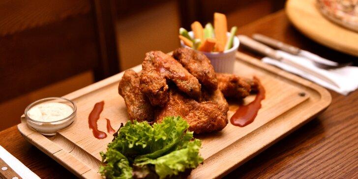 1,5 kg kuřecích křídel v medovo-hořčičné nebo BBQ omáčce, příloha i piva