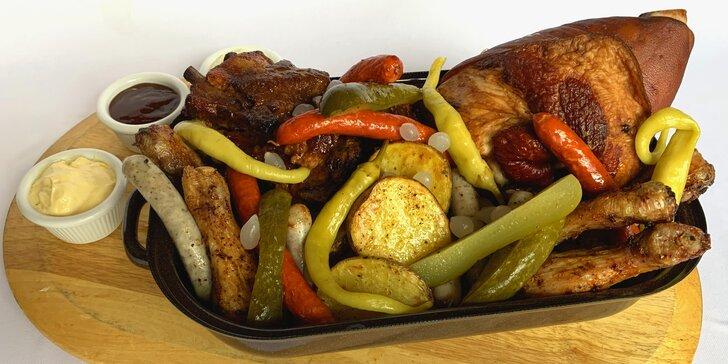 Pekáč plný masových dobrot pro 2-6 jedlíků: žebírka, křídla i miniklobásky