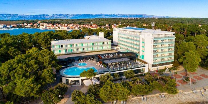 Romantické Petrčane u Zadaru. 4* hotel hned u pláže včetně plné penze