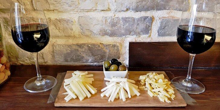 Dvě skleničky španělského vína a velké sýrové tapas ve vinotéce La Casa