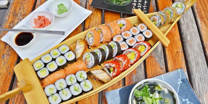 Pestré sushi sety s sebou: 24 ks nebo až 81 kousků i s polévkou a salátem