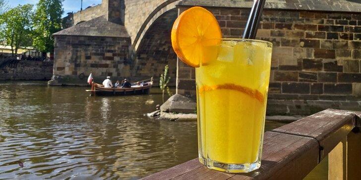 Ledová káva nebo limonáda a crème brûlée s výhledem na Karlův most