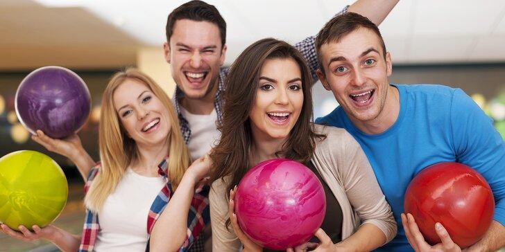 Hodina bowlingu až pro 8 osob a marinovaná žebra v hotelové restauraci