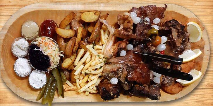 Masová hostina pro partu: koleno, marinovaná žebra a křidýlka i spousta příloh, zeleniny a omáček