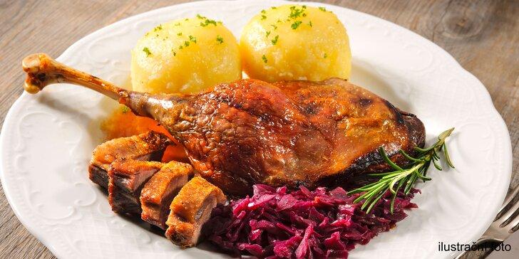 Dokřupava pečená kachna včetně zelí a knedlíků pro čtyři jedlíky