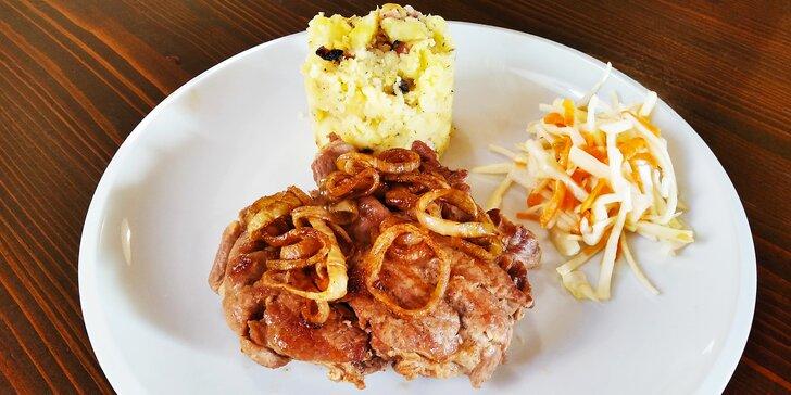 Marinované dobroty z grilu: krkovice (300 g) či naložené kuřecí prso (200 g) a příloha dle výběru
