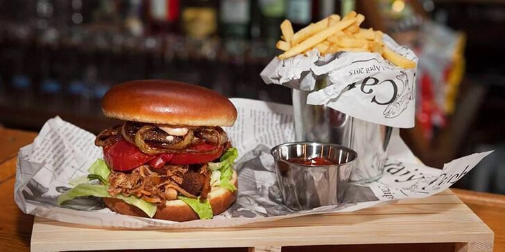 Pochoutka, co má šťávu: barbecue burger s trhaným vepřovým masem, hranolky a BBQ dresinkem