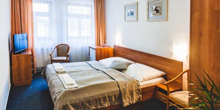 Pobyt v centru Hradce Králové: historický hotel, snídaně a víno na pokoji