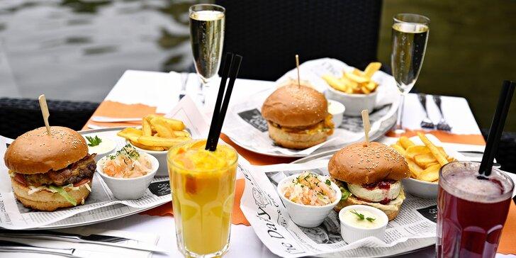 Burger podle výběru ze 3 verzí, domácí hranolky, salát a nápoj s výhledem na Karlův most