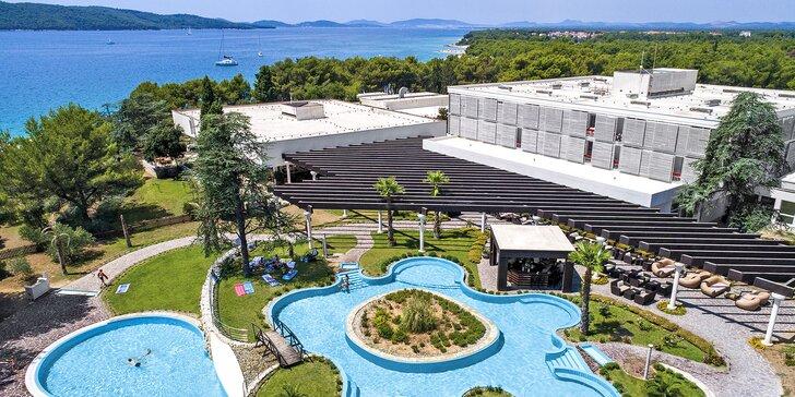 Letní dovolená v Chorvatsku: hotel u bílé pláže, venkovní bazény i varianty s wellness