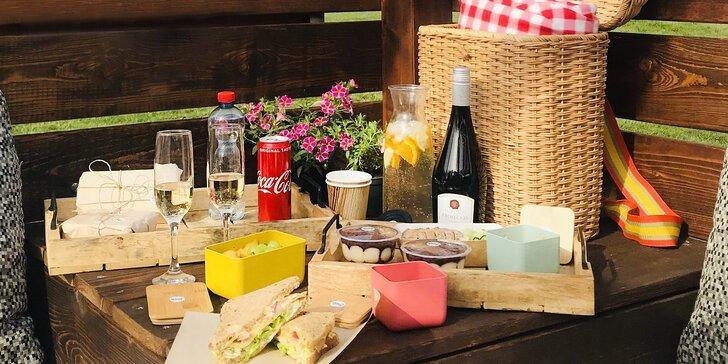 Piknik pro dva u Jedovnic i s půjčením koloběžek: koš plný jídla a pití, alko či nealko