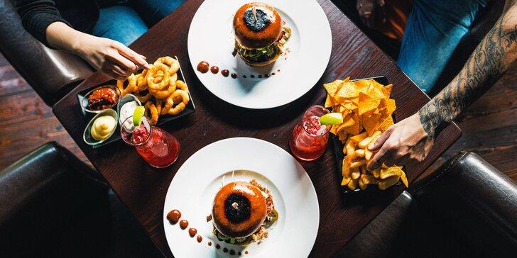 Bašta pro dva: hovězí burger, hranolky, nachos a cibulové kroužky, tři omáčky i domácí limonáda