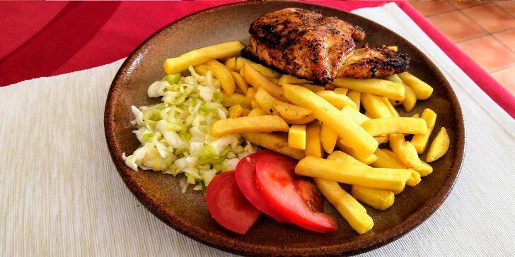 Bylinkami provoněný steak z krkovičky nebo kuřecího masa s přílohou a nápojem
