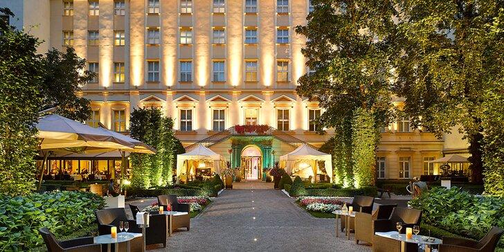 Luxusní hotel v centru Prahy: zahradní restaurace a neomezený vstup do wellness