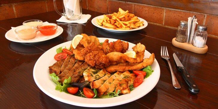Masový talíř pro dva: řízky, krkovička, kuřecí steak a křídla i přílohy a omáčky