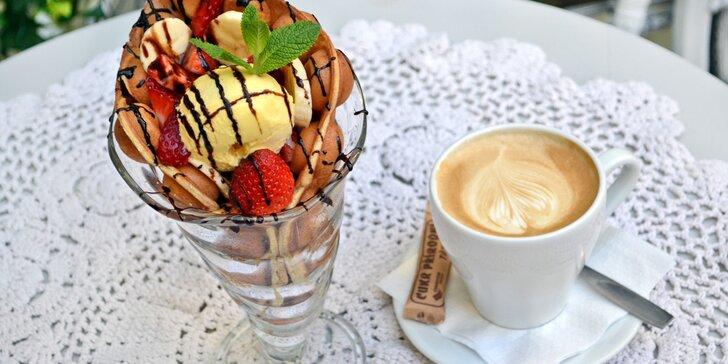 Belgické či bubble vafle s jahodami, zmrzlinou a čokoládou pro 1 nebo 2 os.