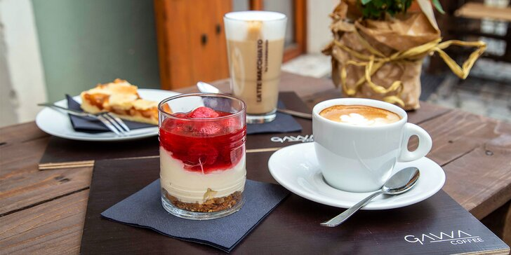 Káva nebo čaj s domácím dortem podle chuti: kavárna v centru Pardubic, 1 nebo 2 osoby